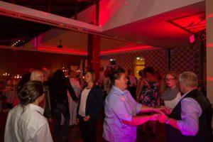 tanzende menge auf feier mit dj petershagen